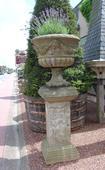 Stel Engelse vazen in blauwe hardsteen.  A set of English vases in blue stone.