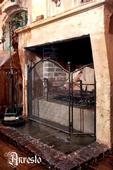 Smeedijzeren vuurkorven,  vuurschermen, haardschermen, haardplaten, vuurplaten en poken – Firepit , firebasket, fireplace grates, firescreens, firebacks and fire plates. in wrought iron.