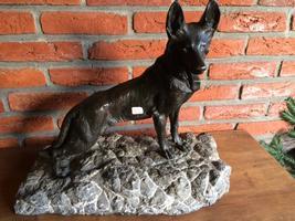 Bronzen hond op marmeren sokkel
