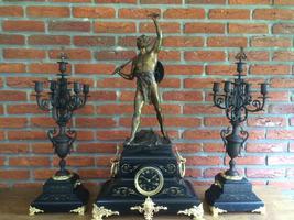 Klokkenstel zwarte marmer met bronzen beeld