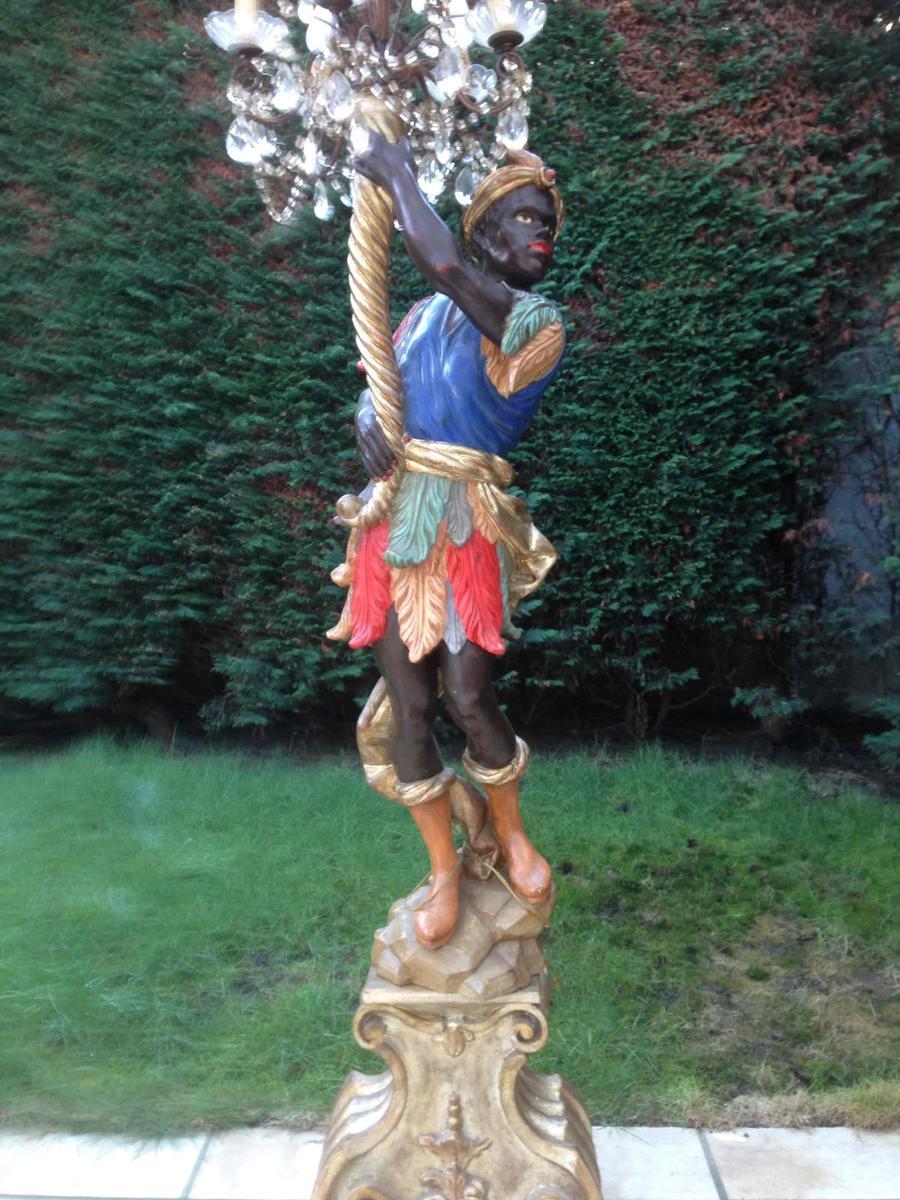 houten sculpture met lamp